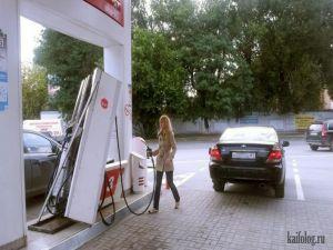 Блондинка заправляет авто