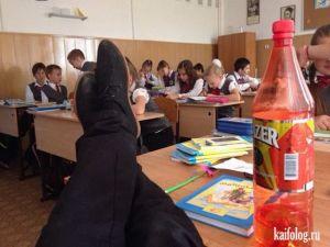Школьники с одноклассников