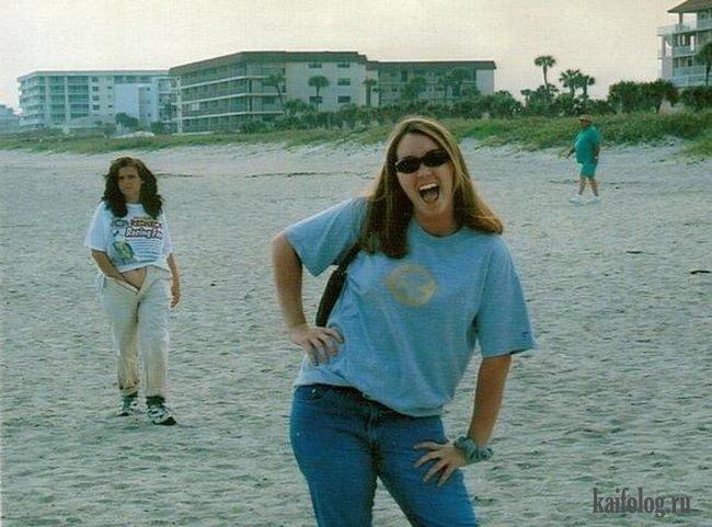 фото с большим количеством людей на заднем плане песчаных пляжа
