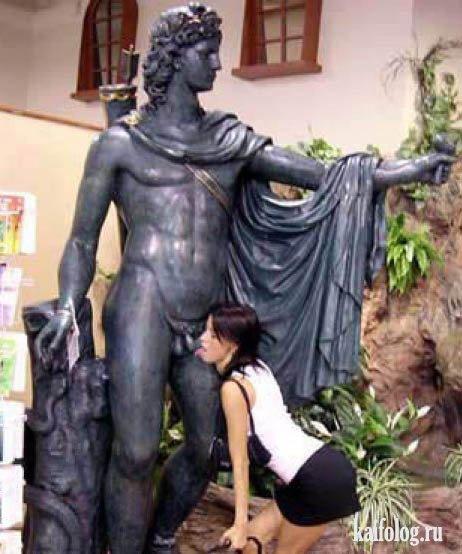 Девушки и статуи (16 фото)