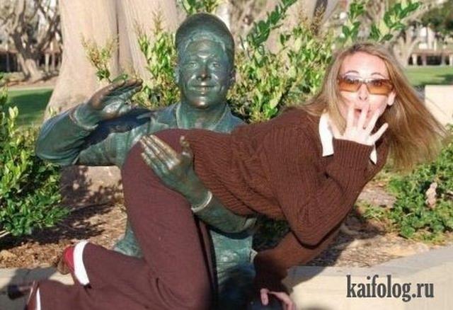 Девушки и статуи. Подборка-2 (35 фото)