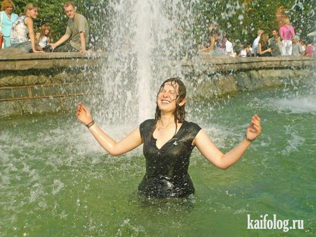Девушки и фонтаны (30 фото)