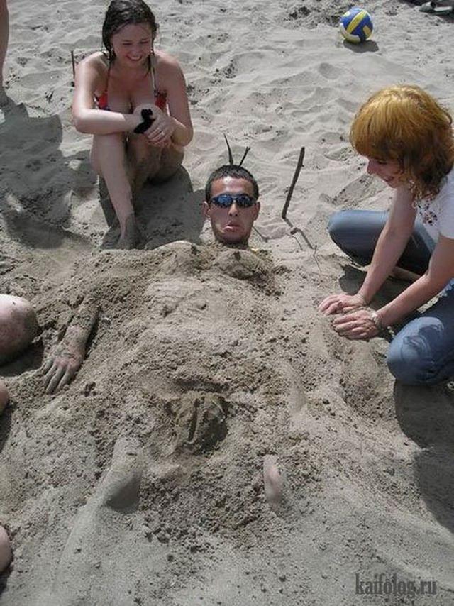 Закопанные в песке (35 фото)