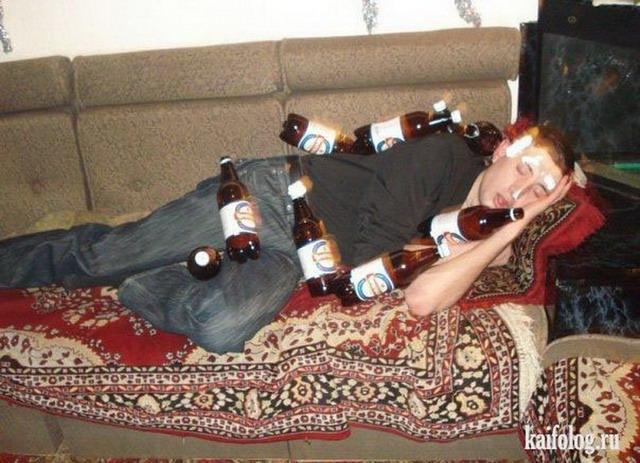 Выпившая русская баба сосет несколько мужских членов