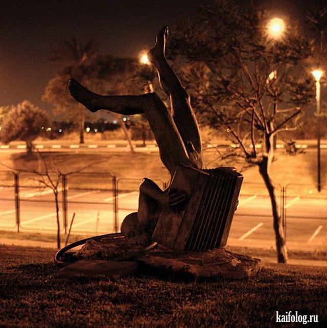 Памятники пьяным и алкоголю (40 фото)