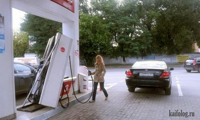 Блондинка заправляет авто (4 фото)