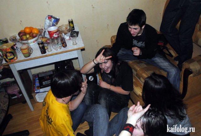 групповой молодые отдыхают на квартире брызжет струями сосков