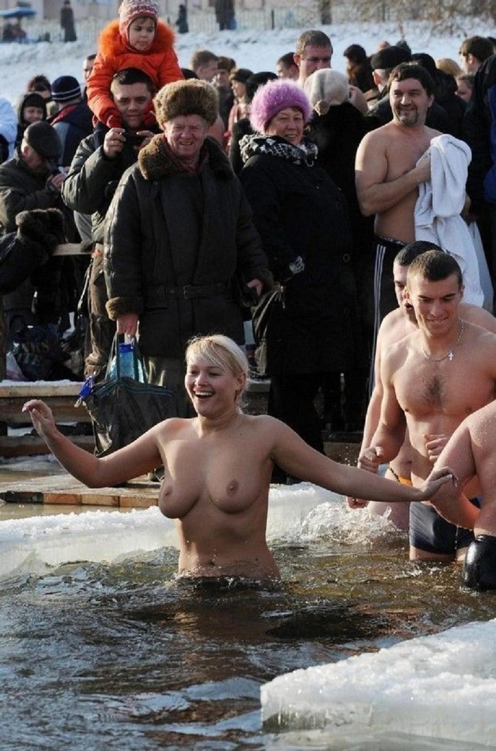 Голые Бабы Купаются На Крещение