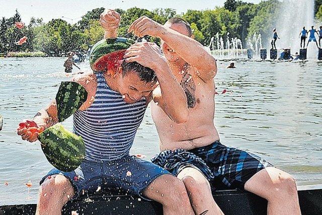 Арбузы, фонтаны, тельняшки – день ВДВ (40 фото)